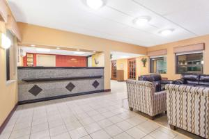 The lobby or reception area at Howard Johnson by Wyndham Suffern