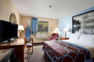 A television and/or entertainment centre at Super 8 by Wyndham Oneida Verona
