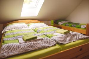 Postel nebo postele na pokoji v ubytování Penzion U Černého Potoka