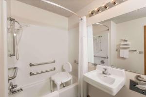 A bathroom at Howard Johnson by Wyndham Wichita Airport