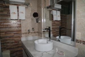 A bathroom at Sol Plaza Hotel