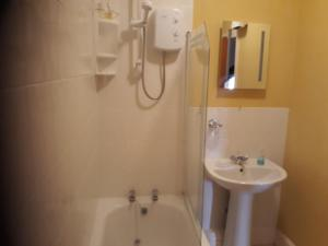 A bathroom at Glenavon Guest House