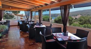 A restaurant or other place to eat at Hotel S´Aguarda