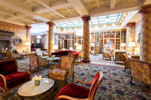 The lounge or bar area at Kulm Hotel St. Moritz