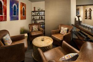 A seating area at Fairfield Inn and Suites by Marriott Nashville Downtown/The Gulch