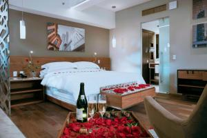 A bed or beds in a room at Krystal Grand Suites Insurgentes