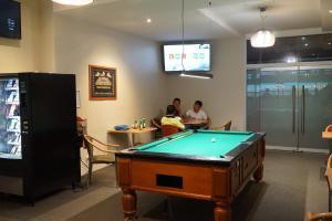 Oasis on Beamish Hotel tesisinde bir bilardo masası