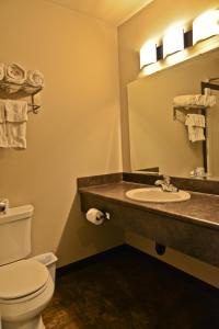 A bathroom at 121 Steakhouse & Motel