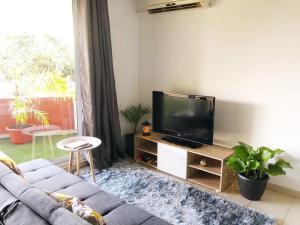 Uma TV ou centro de entretenimento em Studio Kaoha Nui - Private apartment