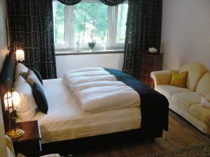"""A bed or beds in a room at Waldhotel """"Peter aufm Berge"""""""