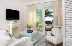 A television and/or entertainment center at Hotel La Minerva