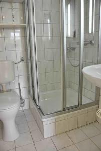 Ein Badezimmer in der Unterkunft Ferienwohnungen Hildegund