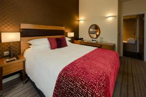 A bed or beds in a room at Leopold Hotel