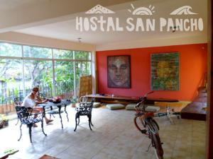 Un restaurante o sitio para comer en Hostal San Pancho