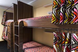 Двухъярусная кровать или двухъярусные кровати в номере Хостел Happy Holiday