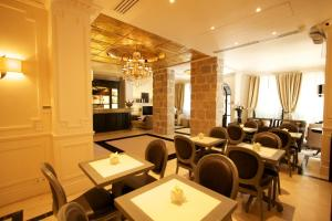 A restaurant or other place to eat at Hotel De Monaco