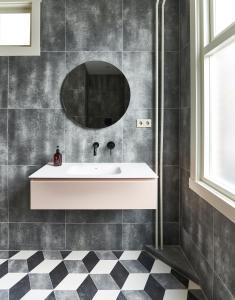 Ein Badezimmer in der Unterkunft Hotel Pistache Den Haag