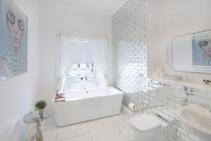 A bathroom at Hanover 71 Suites
