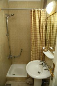 Een badkamer bij Happy City Hotel