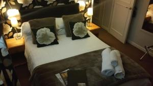 A bed or beds in a room at Hotel Plas Hyfryd
