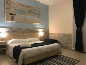 A bed or beds in a room at Fiumicino Airport B&B Deluxe