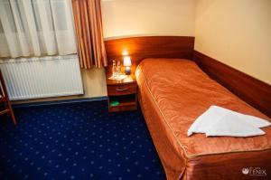 Łóżko lub łóżka w pokoju w obiekcie FENIX - Hotel i Restauracja