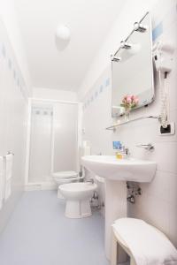 A bathroom at Hotel Naonis