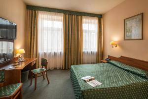 A bed or beds in a room at Hotel Tumski