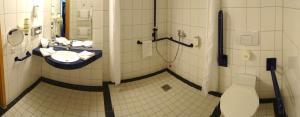A bathroom at Hotel Ascot Bristol