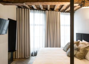 A bed or beds in a room at Gulde Schoen The Suite hotel