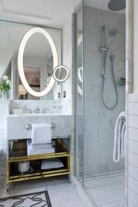 Een badkamer bij Hilton Paris Opera