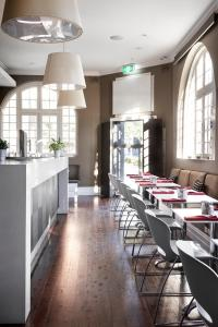 A restaurant or other place to eat at Vulcan Hotel Sydney