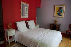 A bed or beds in a room at Chambre d'hôtes La Célestine