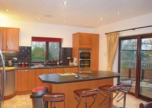 A kitchen or kitchenette at Paradise Lakeside Lodges