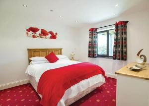 A bed or beds in a room at Paradise Lakeside Lodges