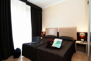 A bed or beds in a room at Hotel Euro House Suites