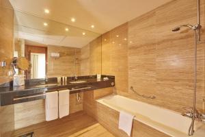 Ett badrum på Blau PortoPetro Beach Resort & Spa