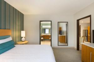 A bed or beds in a room at Home2 Suites by Hilton Downingtown Exton Route 30