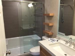 A bathroom at Mount Robson Inn