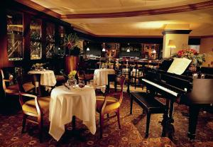A restaurant or other place to eat at Peabody Memphis