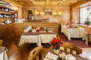 Un restaurante o sitio para comer en Hotel Aquila