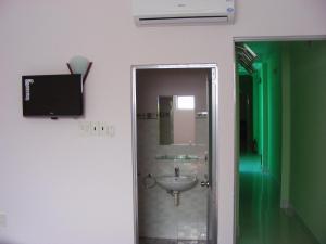 A bathroom at Hanh Huong Hostel