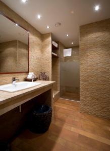A bathroom at Boutique Hotel Victoria Budapest