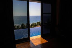 Pemandangan umum laut atau pemandangan laut yang diambil dari resor