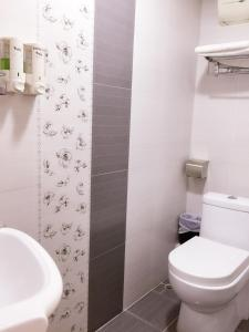 A bathroom at Hong Kong Tai San Guest House (Harilela Branch)