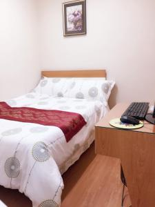 A bed or beds in a room at Hong Kong Tai San Guest House (Harilela Branch)