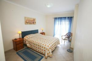 A bed or beds in a room at Alvor Sweet Apartment