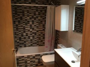 A bathroom at Apartamento Puigmal