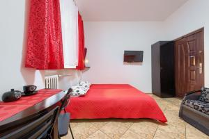 A bed or beds in a room at hostelswidnicka24