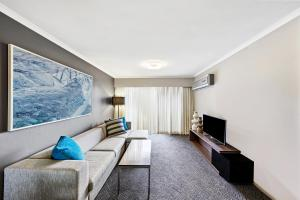 A seating area at Adina Apartment Hotel Sydney Surry Hills